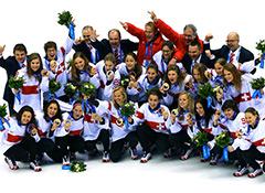Dr._Lukas_Weisskopf_mit_der_Schweizer_Eishockey-Nationalmannschaft_der_Frauen