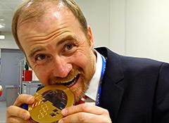 Dr._Lukas_Weisskopf_mit_olympischer_Medaille_aus_Sotschi