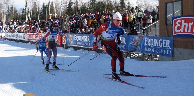 Der Norweger Emil Hegle Svendsen vor Tomaz Sikora aus Polen und dem Schweden Carl Johan Bergmann bei einem Weltcup-Rennen in Fort Kent/USA.