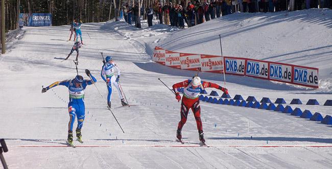 Emil Hegle Svendsen (Norwegen/re.) im Schlussspurt mit Fredrik Lindström (Schweden).