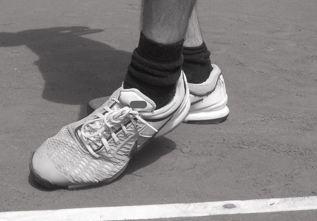 Inversionsstellung und Plantarflexion des linken Fußes in der Aufschlagsbewegung