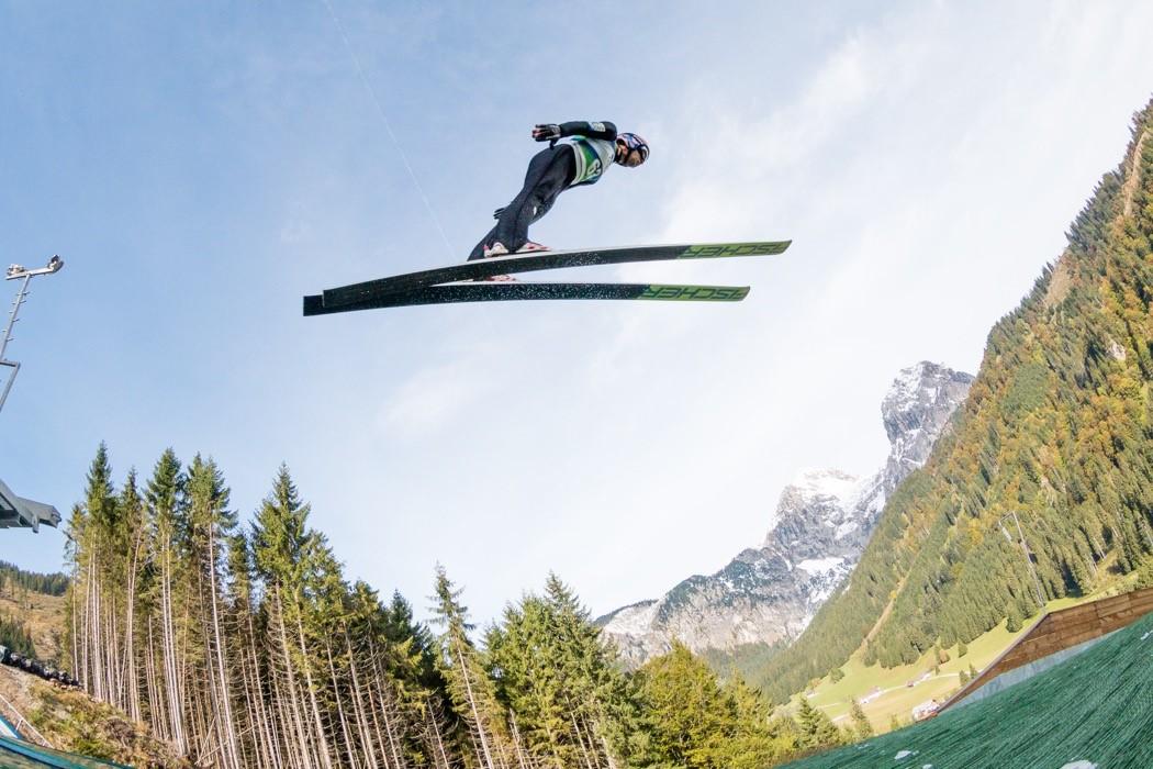 Abb2: Auch im Grünen kann gesprungen werden: Manuel Fettner landet beim Sommertraining auf speziellen Matten.