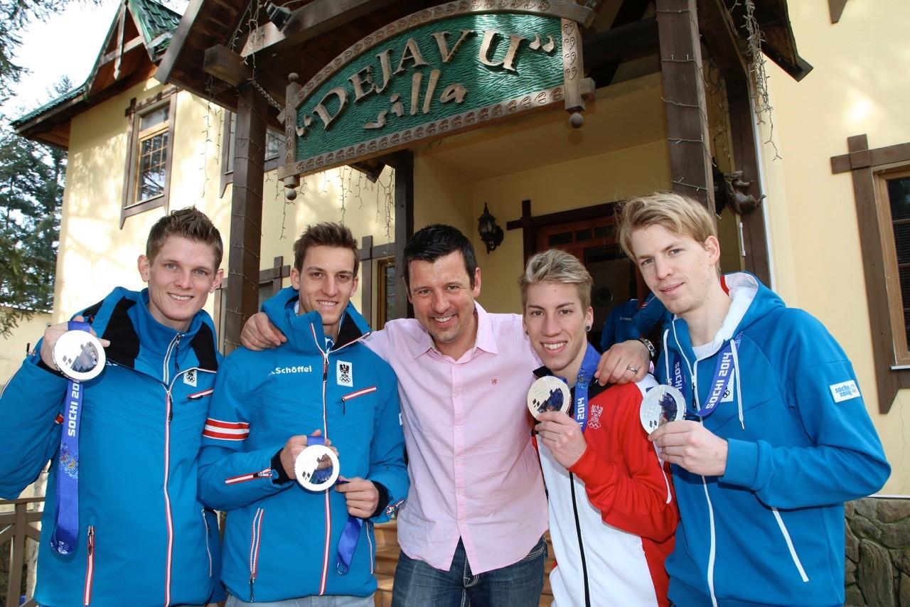 Abb3: Mannschaftsarzt Dr. Jürgen Barthofer (M.) mit den österreichischen Skispringern, die bei den Olympischen Spielen 2014 in Sotschi hinter dem deutschen Team die Silbermedaille gewonnen haben: (v.l.) Thomas Morgenstern, Gregor Schlierenzauer, Thomas Diethart, Michael Hayböck.